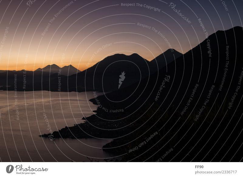 Sonnaufgangsstimmung am Lago de Atitlàn in Guatemala Natur blau Landschaft Berge u. Gebirge schwarz Umwelt orange frei gold Schönes Wetter Gipfel