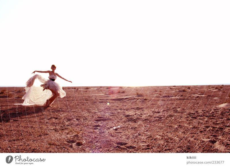 Weite Himmel schön Sommer Strand Ferne Sand Horizont Tanzen Arme fliegen laufen rennen Tanzveranstaltung Körperhaltung Kleid fantastisch