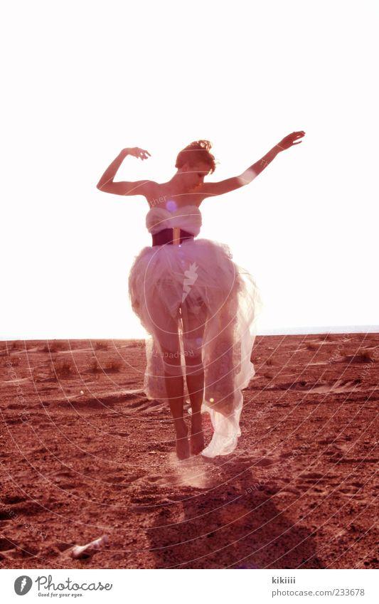 Leicht weiß schön Strand Sand springen Junge Frau träumen Horizont Zufriedenheit blond Arme Tanzveranstaltung Kleid Körperhaltung fantastisch leicht