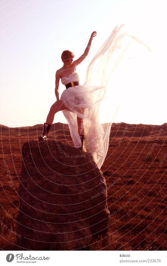 Queen weiß schön Einsamkeit Wiese Stein Junge Frau Horizont blond Wind fliegen Arme stehen Kleid Körperhaltung Wüste Aussicht