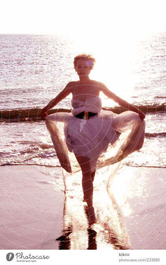 Auf mich zu Mensch Jugendliche Wasser weiß Meer Freude Strand Junge Frau Haare & Frisuren Freiheit Sand Mode blond Wellen laufen nass