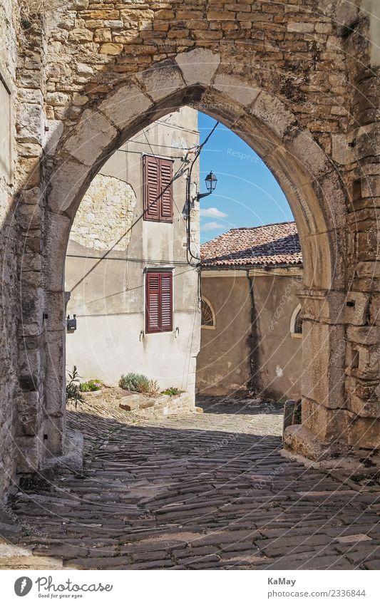 Altstadt von Motovun Kroatien Europa Kleinstadt Menschenleer Haus Tor Gebäude Architektur Mauer Wand Fassade Stein alt authentisch historisch Stadt