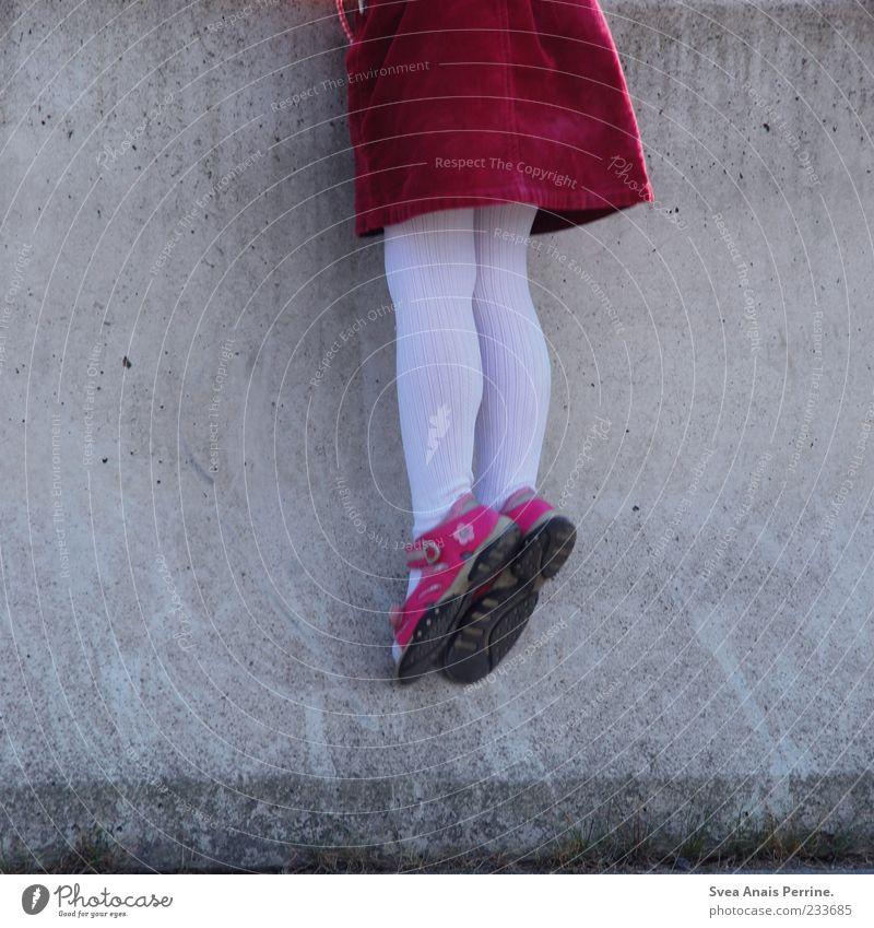 auf auf ^^ Mensch Kind rot Mädchen Wand Spielen Mauer Beine Mode Fuß Kindheit rosa Neugier Klettern Rock hängen