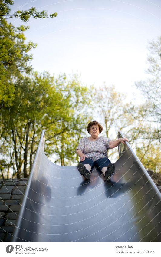 King of the Spielplatz Freizeit & Hobby Mensch Weiblicher Senior Frau Leben 1 60 und älter sitzen außergewöhnlich Nervosität Schüchternheit Übermut
