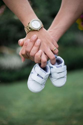 Familie Mensch maskulin feminin Baby Eltern Erwachsene Familie & Verwandtschaft Hand 2 18-30 Jahre Jugendliche Schmuck berühren festhalten Zusammensein gold
