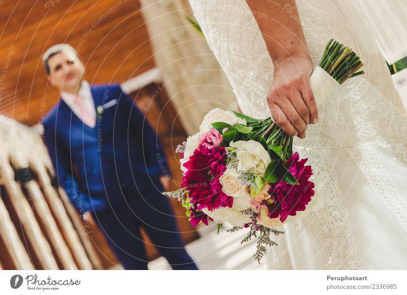 Braut unterrichtet Blumenstrauß an Freund schön Hochzeit Paar Natur Rose Liebe grün weiß Romantik orange hochzeitlich Keimlinge Beautyfotografie Hintergrund