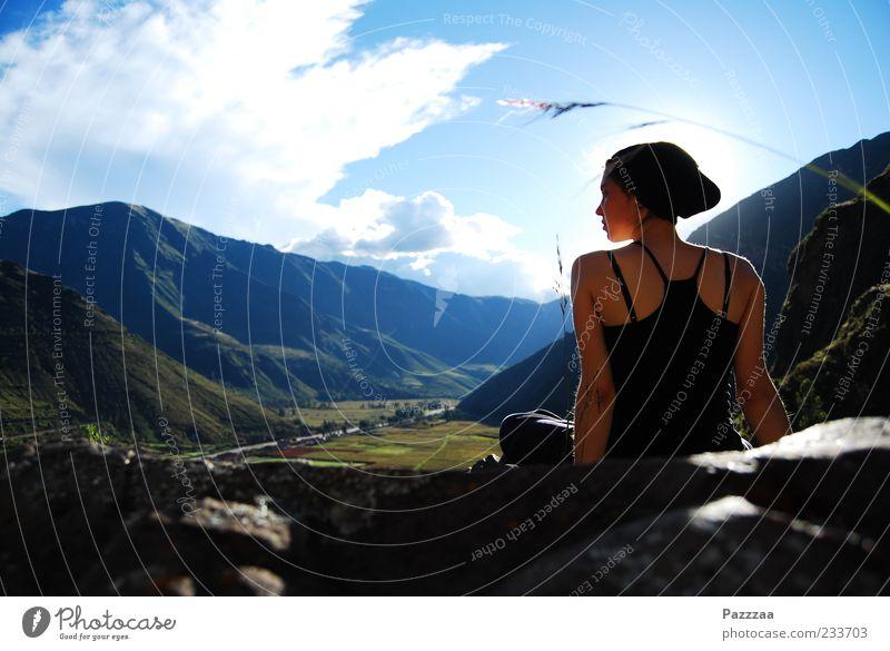 Fanden schon die Inkas gut. Mensch Jugendliche Ferien & Urlaub & Reisen Pflanze Sonne Sommer Wolken ruhig Erwachsene Ferne Erholung Landschaft feminin Berge u. Gebirge Freiheit Zufriedenheit