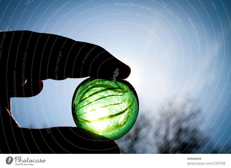 marvelous marble handheld Hand Finger Umwelt Natur Himmel Sommer Stein Glas festhalten dunkel rund grün ästhetisch Murmel Kugel durchsichtig Spielzeug