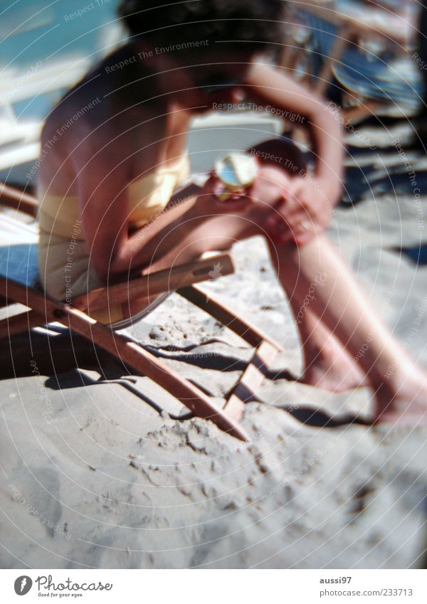 The lotion factor Sonnenbrand Sonnencreme Strand Ferien & Urlaub & Reisen Haut Sonnenlicht UV-Strahlung Unschärfe Liegestuhl Weiblicher Senior Eincremen