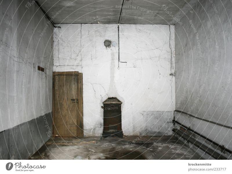 Ort der Tat Tür Garage Verfall Vergangenheit Ofenheizung Wand Boden Decke weiß Leitung Holztür Fleck gehen vernachlässigen Spinngewebe dreckig Ölfleck grau
