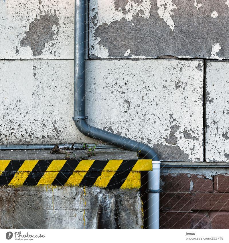 Ramponiert Menschenleer Mauer Wand Fassade Dachrinne Stein Beton Holz Metall Kunststoff alt dreckig gelb grau schwarz weiß Farbe Verfall Vergänglichkeit
