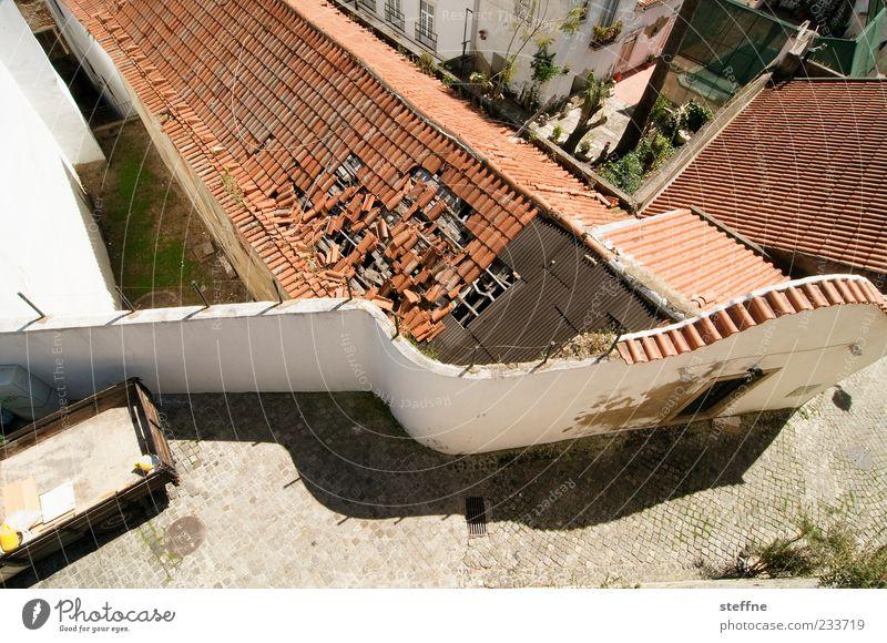 Dachschaden Sonne Sommer Haus Wand Mauer kaputt Wandel & Veränderung Vergänglichkeit verfallen Schönes Wetter Verfall Kopfsteinpflaster Ruine Hauptstadt