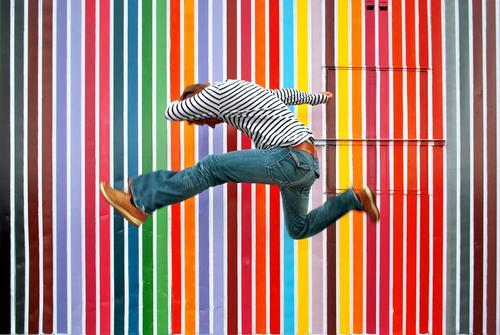 pantone Lifestyle Stil Mensch maskulin Mann Erwachsene Leben 1 Kunst Kultur springen Streifen Jeanshose Farbkarte Farbselektion Erfolg Vielfältig Farbfoto