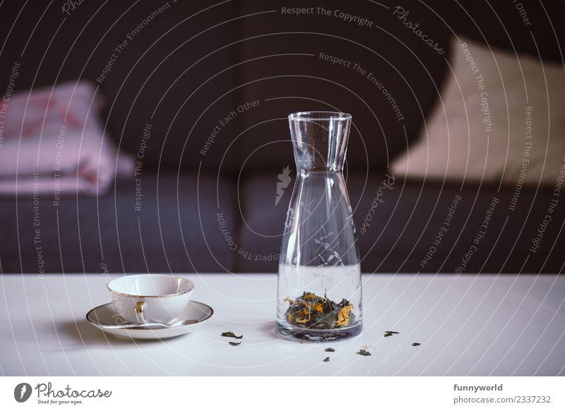 Karaffe mit losem Blütentee und Teetasse auf Tisch Lifestyle Stil Häusliches Leben Wohnung Duft frisch Gesundheit Zufriedenheit rein Qualität Tasse Karaffen
