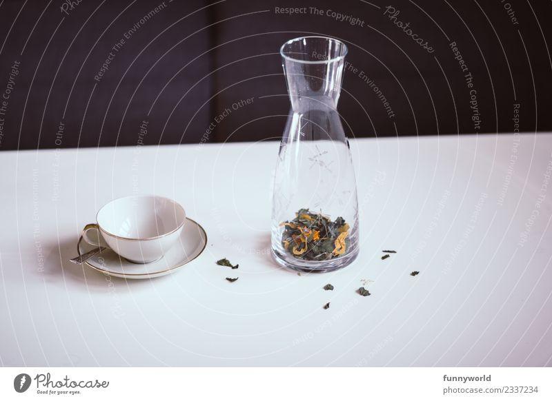 Tisch mit Teetasse und Karaffe mit losem Tee Lifestyle Stil Gesundheit Alternativmedizin Gesunde Ernährung Wellness Leben Wohlgefühl Erholung frisch Karaffen