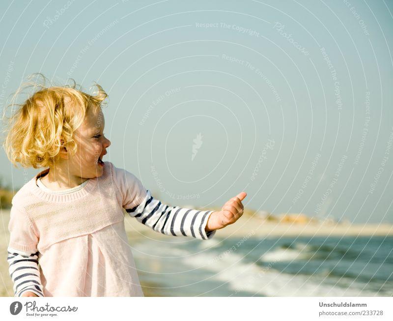 Per Anhalter Mensch Kind blau Hand Ferien & Urlaub & Reisen Mädchen Sommer Meer Freude Strand Haare & Frisuren lachen Glück Kindheit blond gold