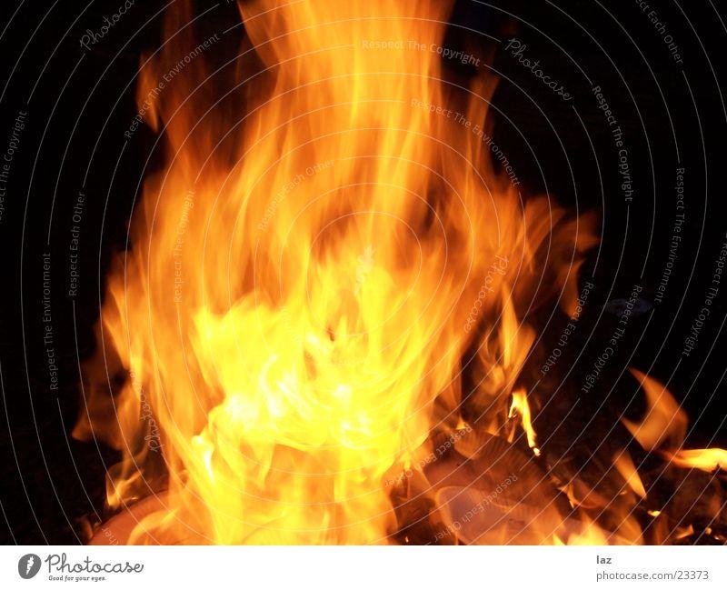 Fire gelb hell Brand brennen Pfingsten Sommer Holz Rascheln Holzmehl rot Gefühle Physik heiß Romantik gemütlich Zusammensein Glut schwarz Explosion glühend