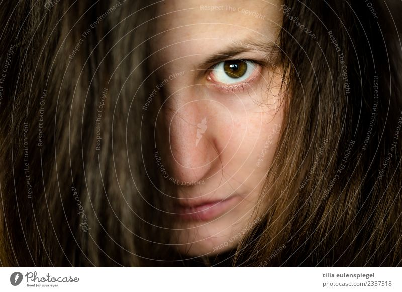 Greepy Haare & Frisuren feminin Junge Frau Jugendliche Erwachsene Auge 1 Mensch 18-30 Jahre schwarzhaarig brünett langhaarig beobachten dunkel gruselig nah