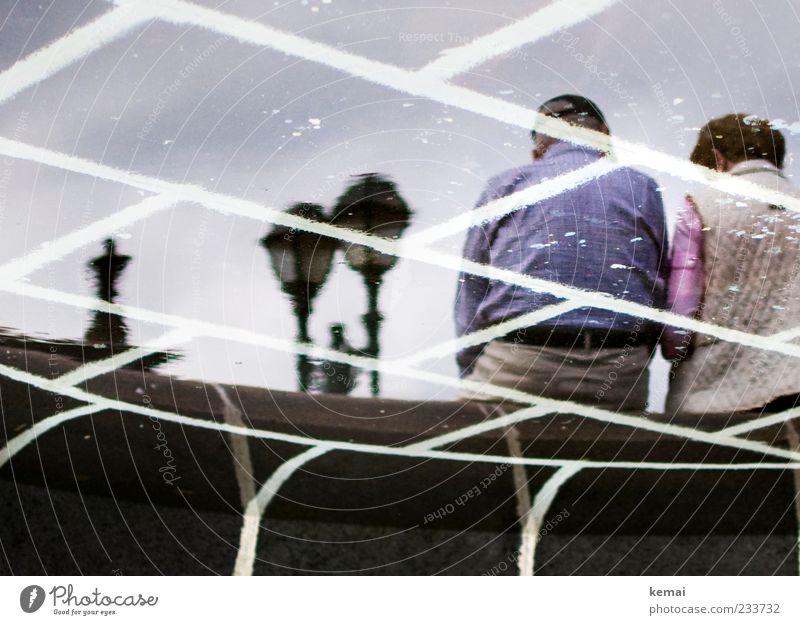 Paare Mensch Frau Mann Wasser Erwachsene Senior Lampe Rücken sitzen maskulin Ausflug Tourismus außergewöhnlich Pause Brunnen