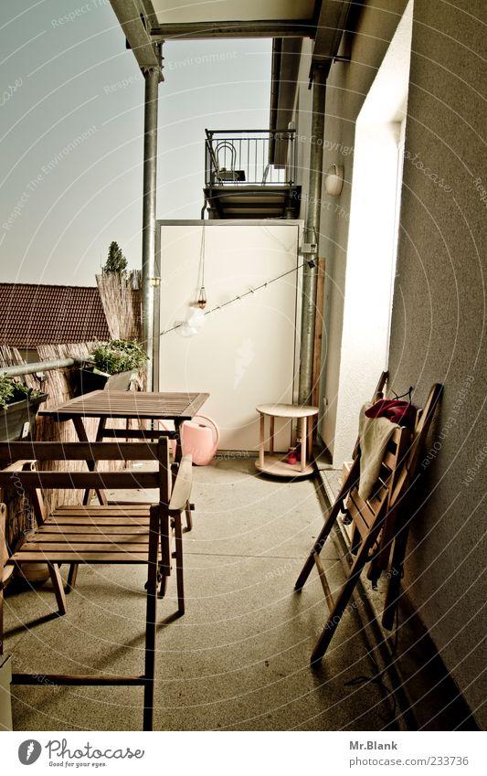 Balkonien blau weiß braun Häusliches Leben Stuhl Schönes Wetter Balkon Fernweh bequem Gießkanne Klappstuhl Möbel Erholungsgebiet Gartenmöbel Holzstuhl Balkondekoration