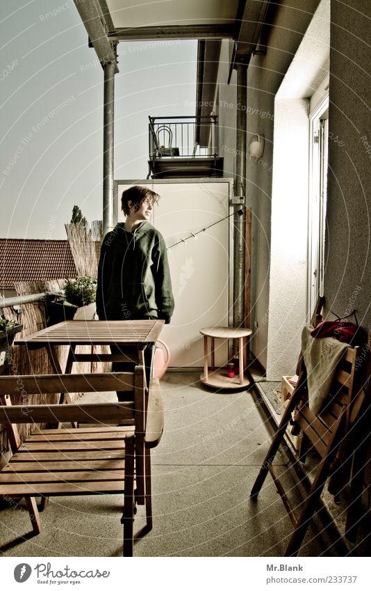 Und wenn du jetzt hier wärst. Mensch blau weiß Erholung Stil braun warten authentisch stehen Häusliches Leben Stuhl weich Lächeln Balkon Gartenmöbel Holzstuhl