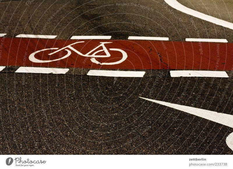 Fahrradweg Verkehr Verkehrswege Straßenverkehr fahren Fahrbahn Fahrbahnmarkierung Farbfoto Gedeckte Farben Außenaufnahme Textfreiraum unten Tag