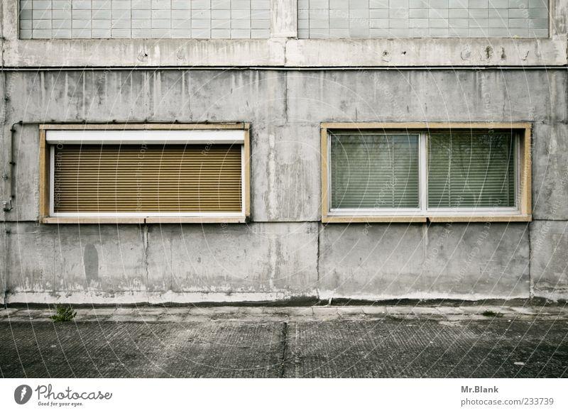fensterwirrwarr II alt weiß Fenster Wand grau Mauer braun Fassade Beton verfallen Verfall Unbewohnt hässlich Betonwand