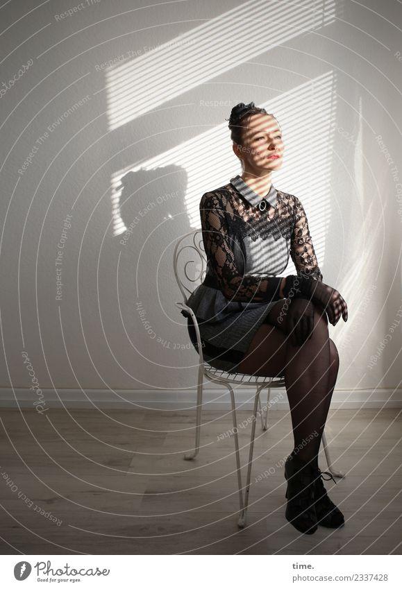 Mia Stuhl Raum feminin Frau Erwachsene 1 Mensch Kleid Handschuhe langhaarig Zopf beobachten Blick sitzen ästhetisch elegant Zufriedenheit selbstbewußt Coolness