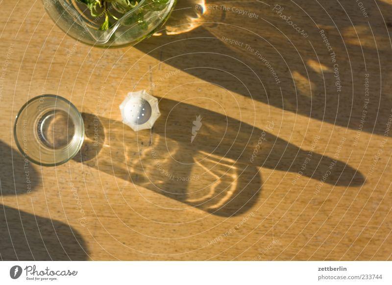 Tisch Lebensmittel Ernährung Schalen & Schüsseln Holz Salz Salzstreuer Glas Krug Schatten Möbel Farbfoto Außenaufnahme Nahaufnahme Detailaufnahme