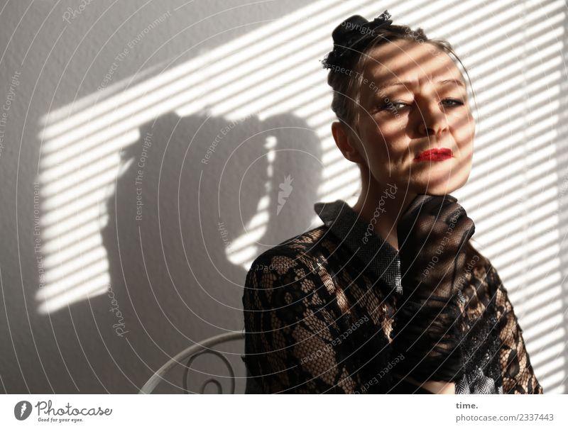 . Frau Mensch dunkel Erwachsene feminin außergewöhnlich Stimmung Raum beobachten Neugier festhalten Stuhl Kleid Gelassenheit Konzentration Wachsamkeit