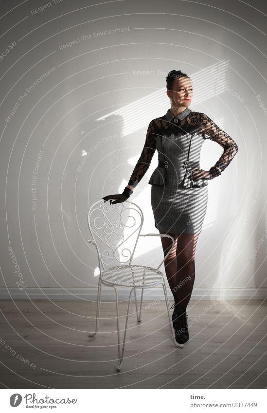 Mia Frau Mensch schön dunkel Erwachsene feminin Denken Raum elegant ästhetisch stehen Kreativität warten beobachten Coolness festhalten