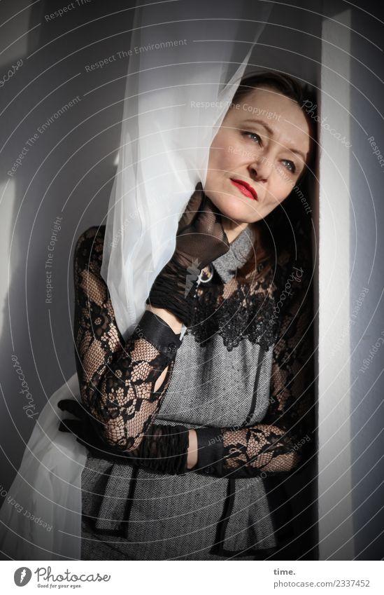 Mia Raum Gardine Vorhang feminin Frau Erwachsene 1 Mensch Kleid Stoff Handschuhe schwarzhaarig beobachten festhalten genießen Blick stehen träumen dunkel schön