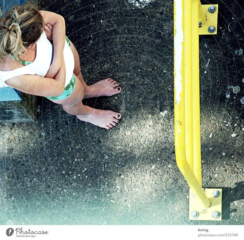 Mrs Throatwobbler Mangrove feminin 1 Mensch stehen Farbfoto Außenaufnahme Vogelperspektive Nagellack blond Barfuß Geländer gelb verschränkt Frau langhaarig