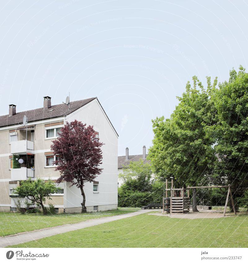 spielplatz Wolkenloser Himmel Pflanze Baum Gras Sträucher Garten Park Wiese Haus Spielplatz Bauwerk Gebäude Architektur Mehrfamilienhaus Stadt Farbfoto