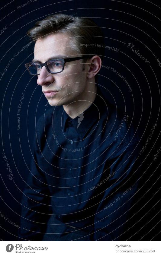 Abwesend Lifestyle elegant Stil Erholung ruhig Bildung Karriere Mensch Junger Mann Jugendliche 18-30 Jahre Erwachsene Hemd Brille Beratung Einsamkeit