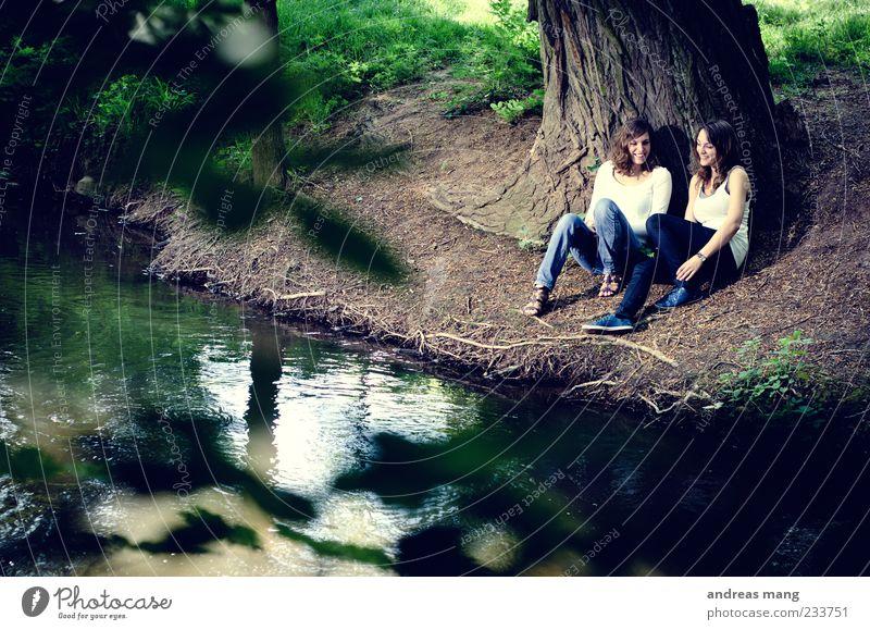 Ein gemütliches Plätzchen Ausflug Sommer feminin Junge Frau Jugendliche Geschwister Freundschaft 2 Mensch 18-30 Jahre Erwachsene Natur Frühling Baum Park Bach