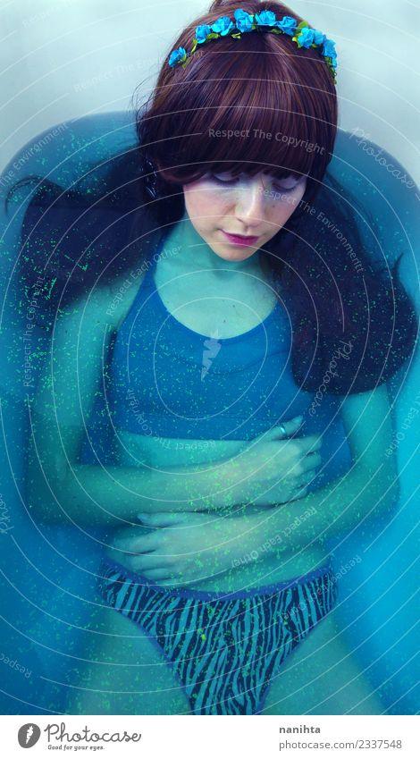 Mensch Jugendliche Junge Frau blau schön Wasser Erholung 18-30 Jahre Erwachsene feminin Stil Kunst Haare & Frisuren frisch träumen elegant