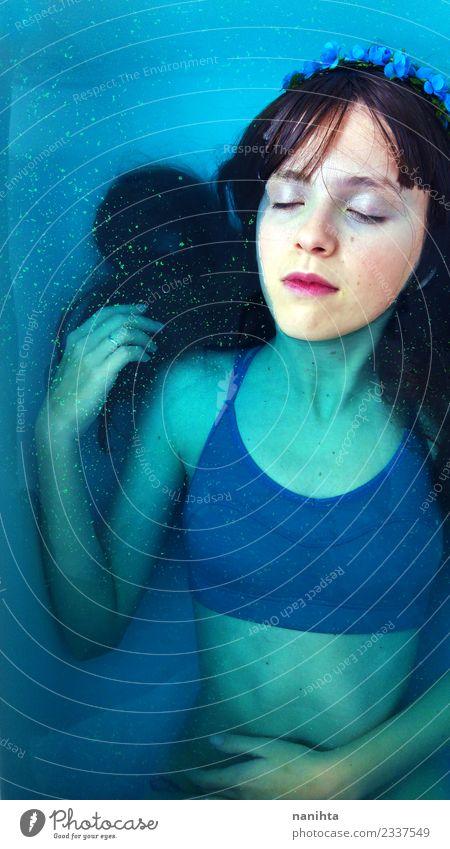 Junge verträumte Frau unter blauem Wasser elegant Stil exotisch schön Körperpflege Haare & Frisuren Schminke Gesundheit Erholung ruhig Spa Schwimmbad Mensch