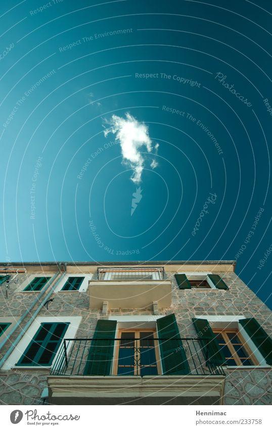 Wolkenkratzerchen. Himmel alt blau grün Sommer Haus Fenster Wand oben Architektur Stein Mauer Gebäude braun Fassade