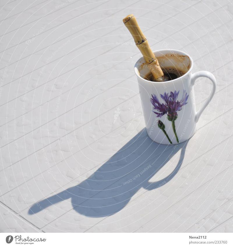 Gewitterkaltes Kaffee Getränk Heißgetränk Tasse Löffel Tisch heiß schwarz Kaffeelöffel Guten Tag Schatten Regenwasser Tropfen Farbfoto Außenaufnahme Nahaufnahme