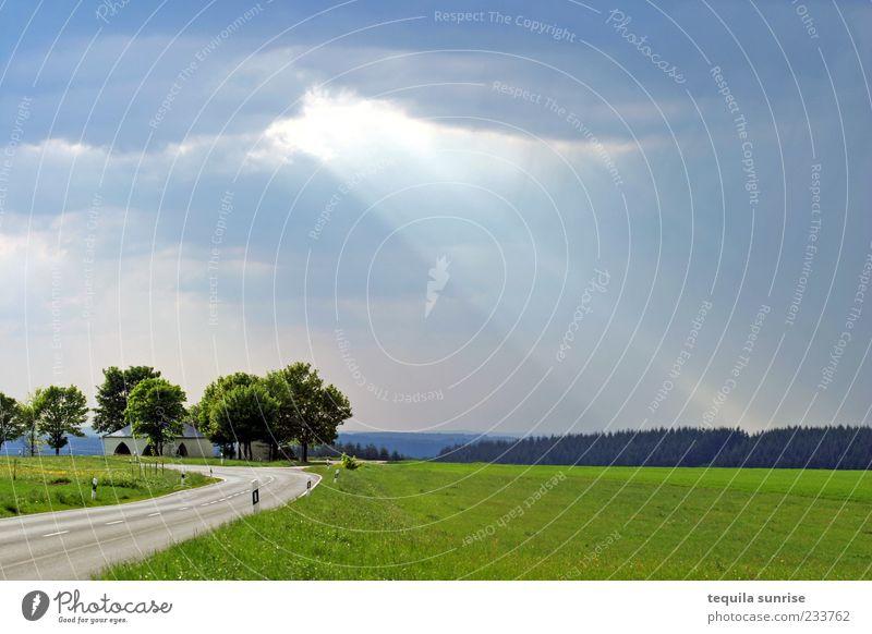 Wolkenbruch Natur blau grün Wolken Straße Wiese Landschaft grau Wetter Feld Schönes Wetter Verkehrswege schlechtes Wetter Gewitterwolken Sonnenstrahlen Lichtstrahl