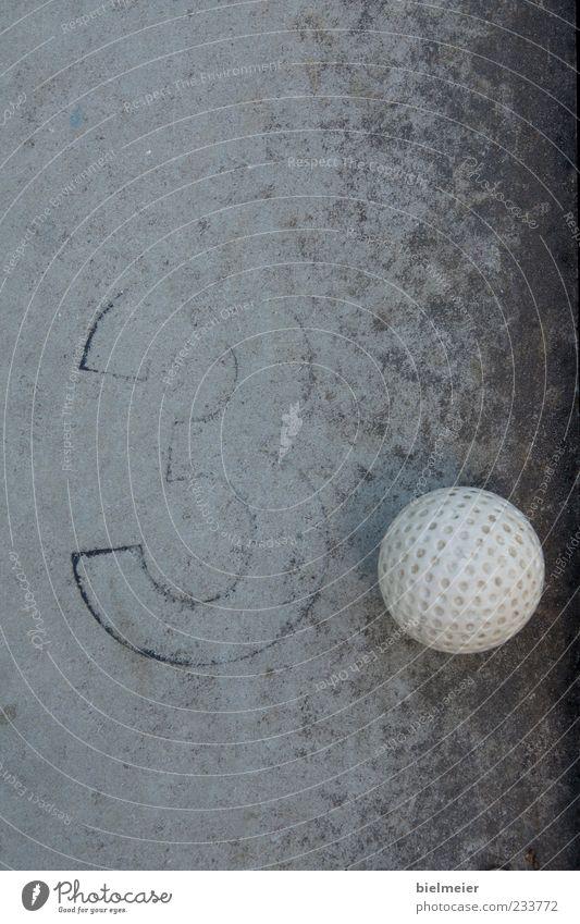 3PUNKT Minigolf Stein Beton klein grau schwarz weiß Golf Golfball Ball Kunststoff Kugel Schwarzweißfoto Außenaufnahme Nahaufnahme abstrakt Strukturen & Formen