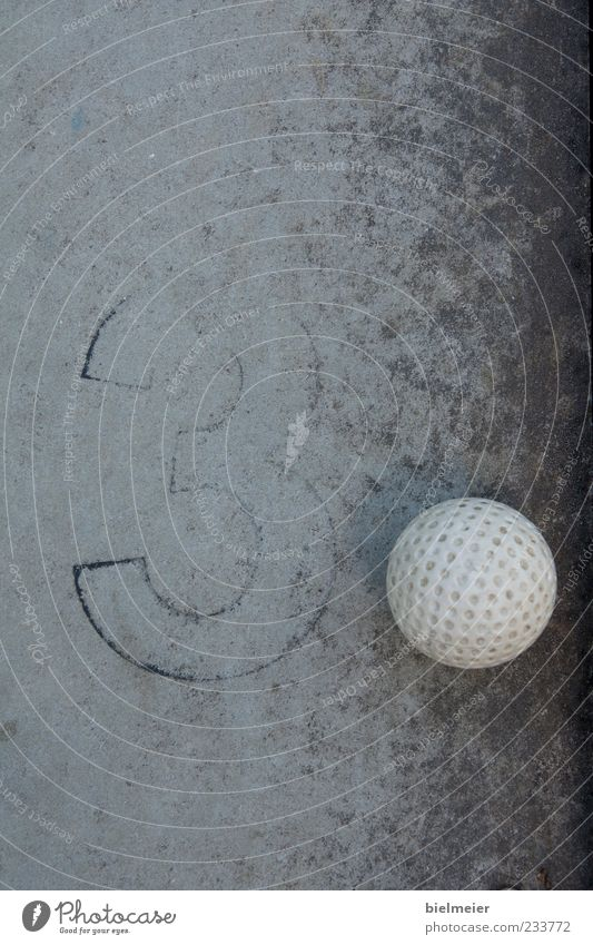 3PUNKT weiß schwarz grau klein Stein Beton 3 Ball Kunststoff Kugel Golf abstrakt Schwarzweißfoto Golfball Minigolf