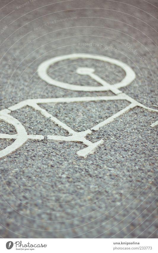 liegerad Stadt weiß Straße grau Schilder & Markierungen Verkehr Asphalt Verkehrswege Verkehrsmittel Verkehrsschild Fahrradweg Wege & Pfade