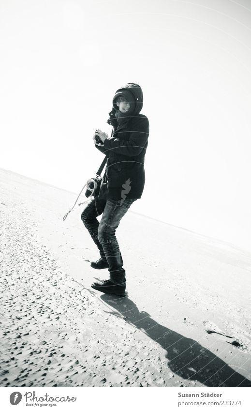 Spiekeroog | good times Strand kalt laufen rennen Jacke Schwarzweißfoto Kapuze