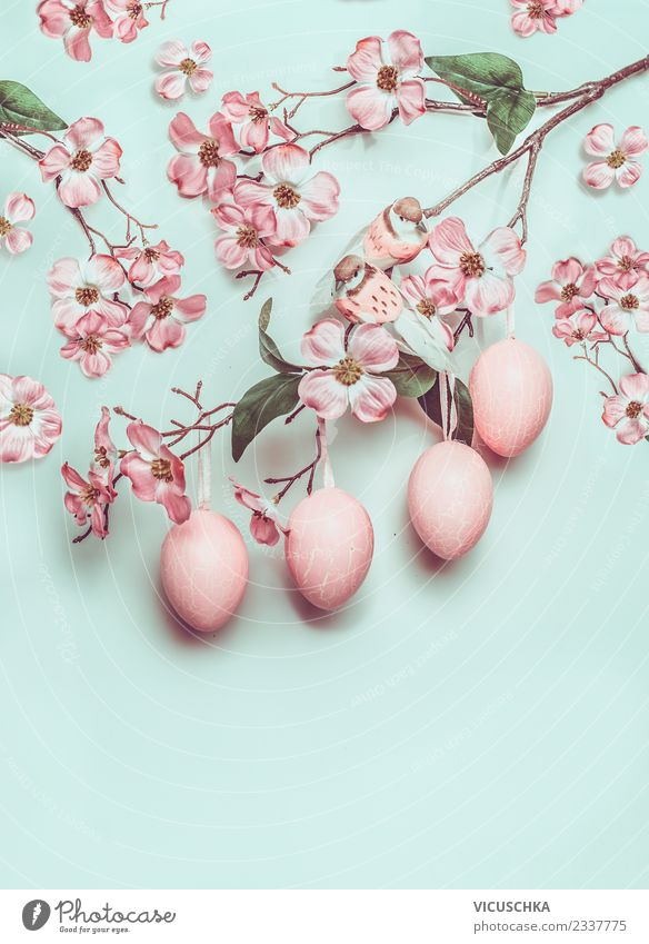 Hängende Ostereier und pastellrosa Blüten auf türkis Stil Design Freude Dekoration & Verzierung Ostern Frühling Ornament blau Tradition Entwurf Hintergrundbild