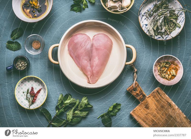 Hähnchenbrust in der Herzform mit Zutaten Lebensmittel Fleisch Kräuter & Gewürze Ernährung Mittagessen Abendessen Bioprodukte Diät Schalen & Schüsseln Topf Stil