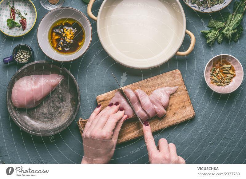 Hände schneiden Hähnchenbrust auf dem Küchentisch Lebensmittel Fleisch Ernährung Bioprodukte Diät Geschirr Schalen & Schüsseln Messer Stil Design