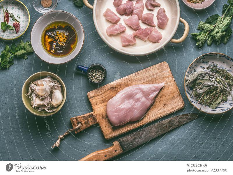 Hähnchenbrust zubereiten auf Schneidebrett mit Messer Lebensmittel Fleisch Ernährung Mittagessen Abendessen Bioprodukte Diät Geschirr Teller Schalen & Schüsseln