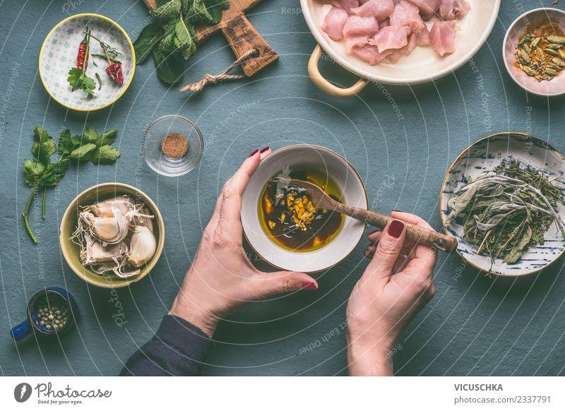 Hände machen Hühnerfleisch Marinade Frau Mensch Hand Foodfotografie Erwachsene feminin Stil Lebensmittel Design Ernährung Tisch Kräuter & Gewürze Küche